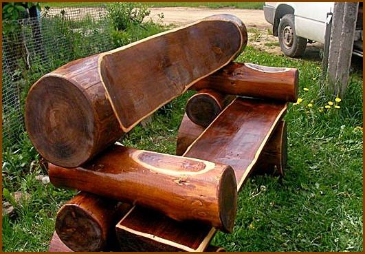 Скамейки у бани или бревенчатого дома,конечно же, тоже должны быть из дерева.  Так сказать, в одном стиле.