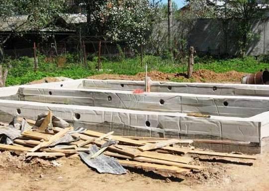 Когда снимать опалубку с фундамента :сроки затвердевания бетона и набора прочности
