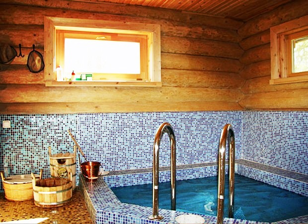 Интерьер бани с бассейном способствует максимальному расслаблению после парилки